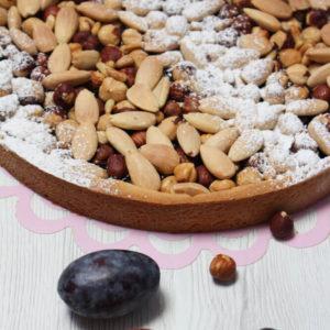 Crostata di prugne e frutta secca