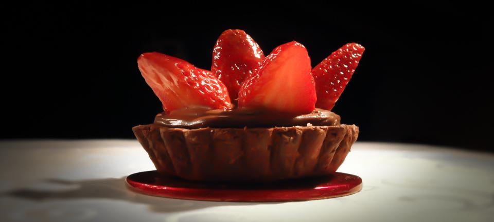 Tartelette con cuore di cioccolato e fragole